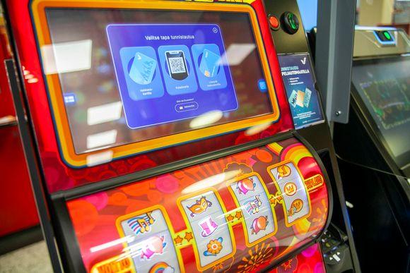 Veikkauksen peliautomaatteja Kuopissa. Ennen pelaamista pelaajan pitää tunnistautua.