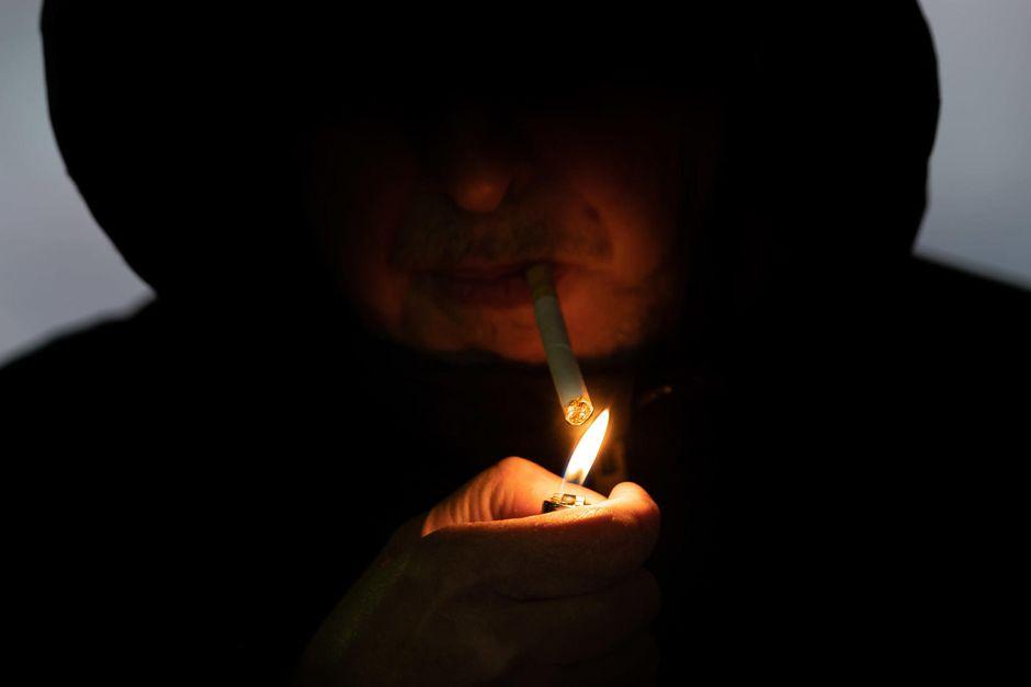 Lähikuva tupakan sytyttämisestä.