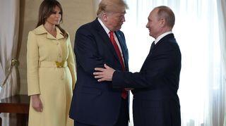 Melania Trump katsoo, kun Donald Trump ja Vladimir Putin kättelevät.
