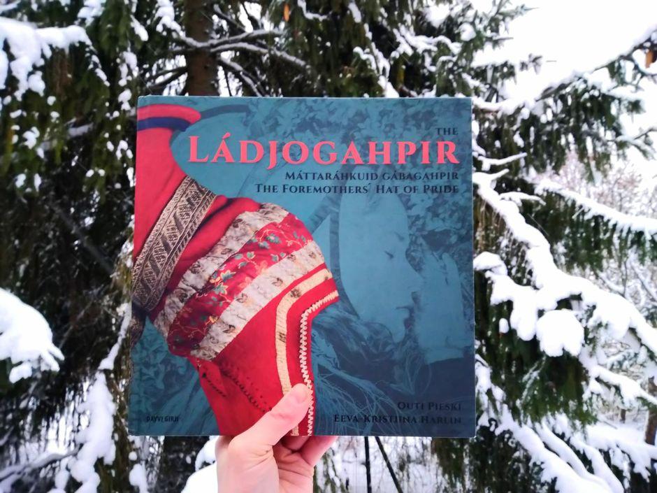 Ládjogahpir – Máttaráhkuid gábagahpir / The Ládjogahpir – the Foremothers' Hat of Pride -kirja ja Helga West
