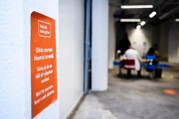 Turvaväleistä muistuttava tarra Helsingin kaupungin rokotuspisteellä 4. tammikuuta 2021.