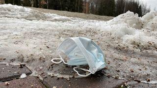 Kadulle heitetty kasvomaski Helsingin Puotilassa 26. tammikuuta 2021.