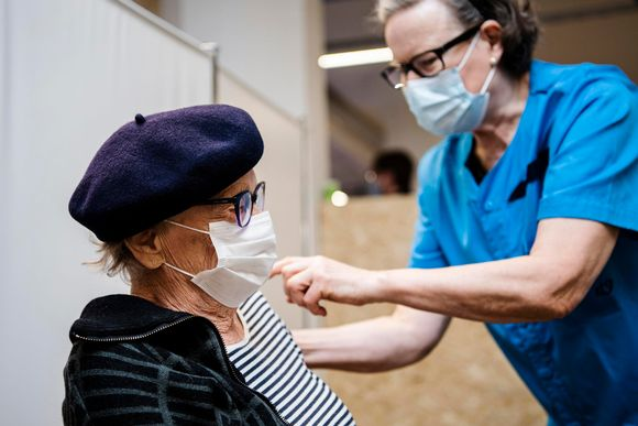 Synnöve Vihavainen sai koronavirusrokotteen Helsingissä 1. helmikuuta.