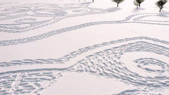 Video: Taiteellisia jalanjälkiä lumessa.