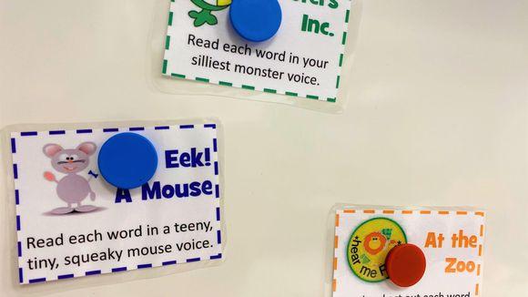 Magneettitaululle ripustettuja englanninkielisiä lappua, joissa on ohjeita lukea tekstiä eri tavoin, esimerkiksi hiiri tai hirviö.