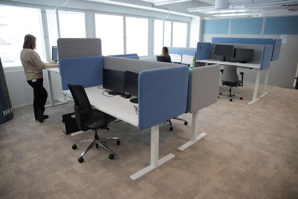 Työntekijöitä Hämeenlinnan uudessa toimistotalossa