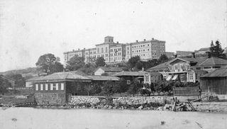Näkymä jokirannasta Kakolanmäkeen 1867.