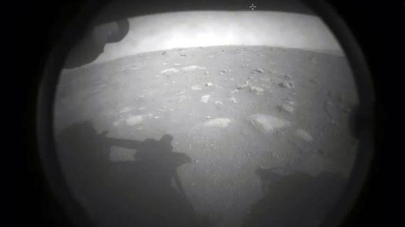 Nasan Perseverance-mönkijän ensimmäinen kuva Marsin pinnalta