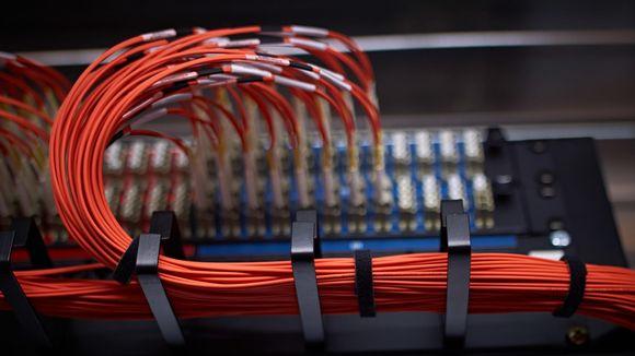 Tietokoneita ja datakaapeleita serverisalissa.