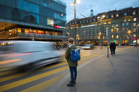 Jalankulkija ylittämässä tietä rautatieaseman lähettyvillä Sveitsin pääkaupungissa Bernissä