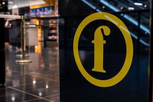 Finnkino elokuvateatterin kyltti Flamingossa, Vantaalla.