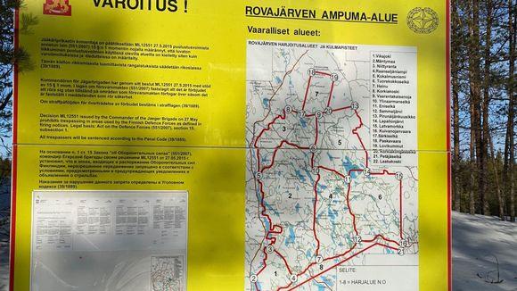 Puolustusvoimien Rovajärven ampuma-alueesta varoittava kyltti.