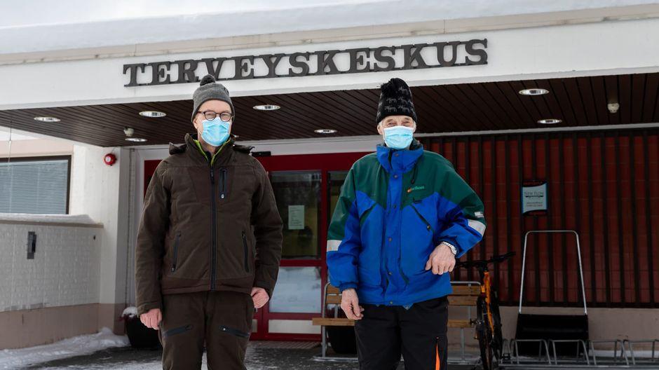 Veikko Paltto ja Olavi Nousiainen Ivalon terveyskeskuksen edustalla kasvomaskeissaan.