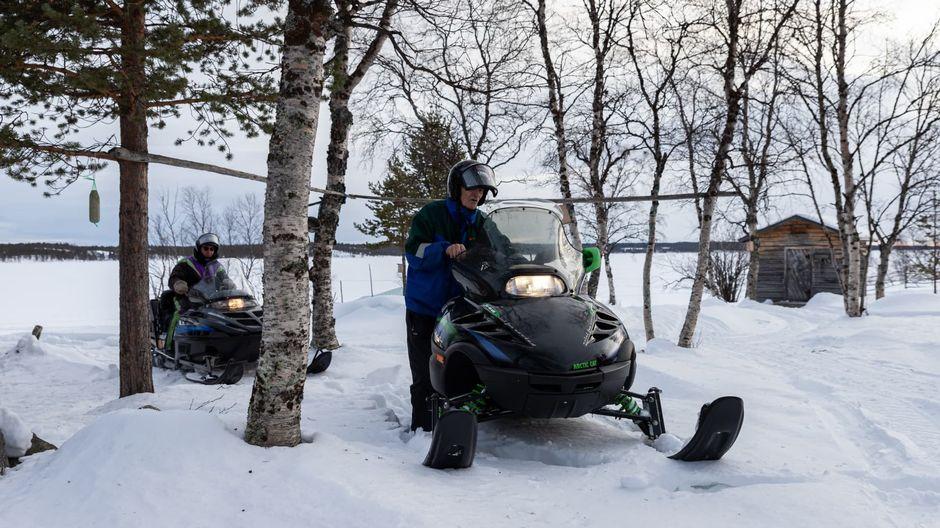 Veikko Paltto ja Olavi Nousiainen lähdössä Ivaloon koronavirusrokotetta saamaan.