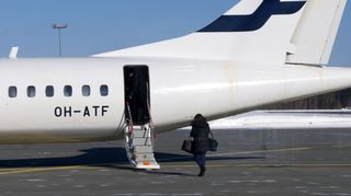 Matkustaja nousee Finnairin ATR-potkuriturbiinikoneeseen Joensuun lentoasemalla
