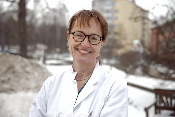 Koronarokotteista vastaava myyntilupakoordinaattori Maija Kauppinen Töölön Sairaalan pihalla.