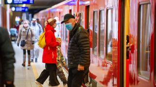 Matkustajat Herttoniemen metroasemalla 25.3.2021.