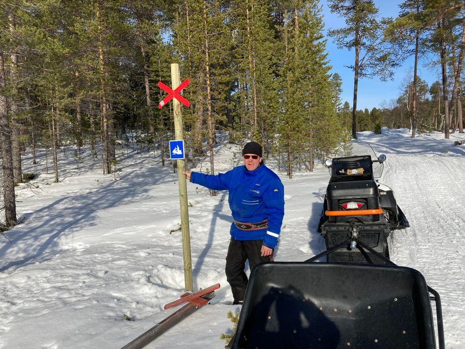 Kiäinumiäštár Aimo Koistinen täärhist já huolâd, et moottorkiälkká kiäinuh láá torvoliih.