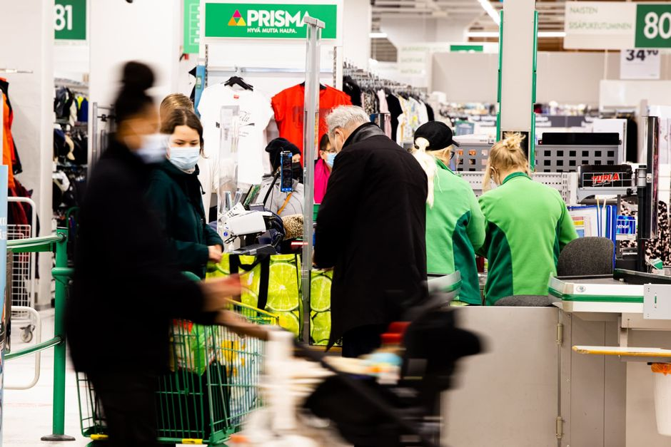 Prisman kassatyöntekijöitä ja asiakkaita.