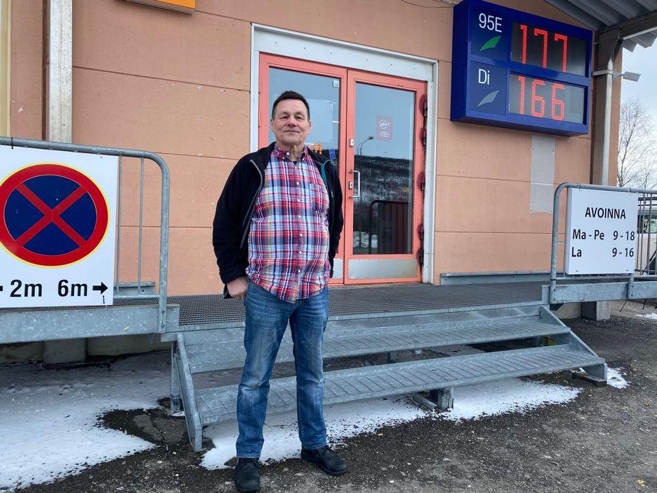Kauppias Uula Tapiola on huolissaan, kuinka Utsjoen elinkeinoelämälle käy.