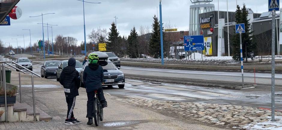 Ivalon kylän keskustaa huhtikuussa 2021.