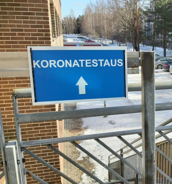 Koronatestaus-kyltti Turun Varissuon terveysasemalla
