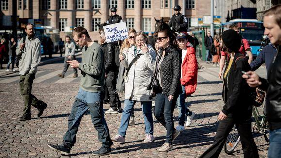 Mielenosoittajia Rautatientorilla.