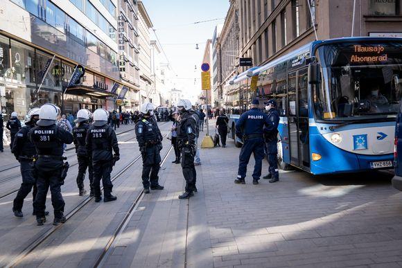 Polisi sulkee Aleksanterinkadun.