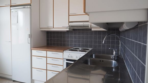 Käytöstä poistetun vuokra-asunnon keittiö.