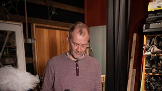 Heikki Kossi äänittää askeleita studiossa.