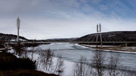 Suomen ja Norjan välinen silta ylittää Tenojoella, Utsjoen kirkonkylällä.