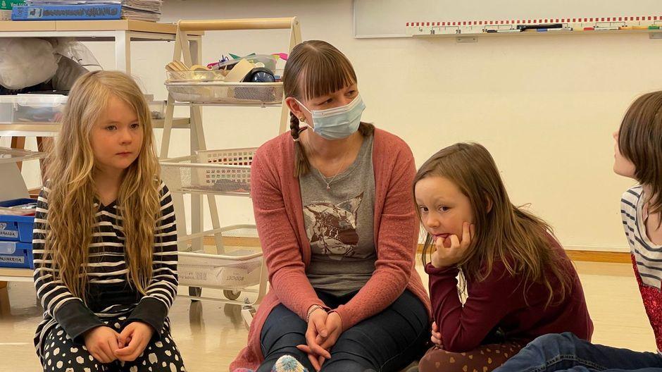 Video: Kia Olin pitämässä ensimmäistä oppituntiaan Sevettijärven koululla