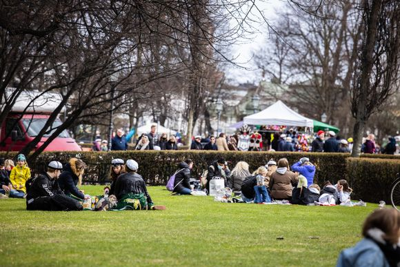 Ihmisiä vapunpäivänä Esplanadinpuistossa.