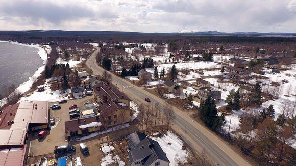 Pelkosenniemen kuntakeskus ilmakuvassa. Horisontissa oikealla siintää Pyhätunturin alue, kuvan vasemmassa reunassa virtaa Kitinen.
