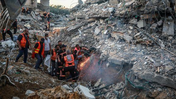 Pelastusmiehet tutkivat rakennuksen raunioita.