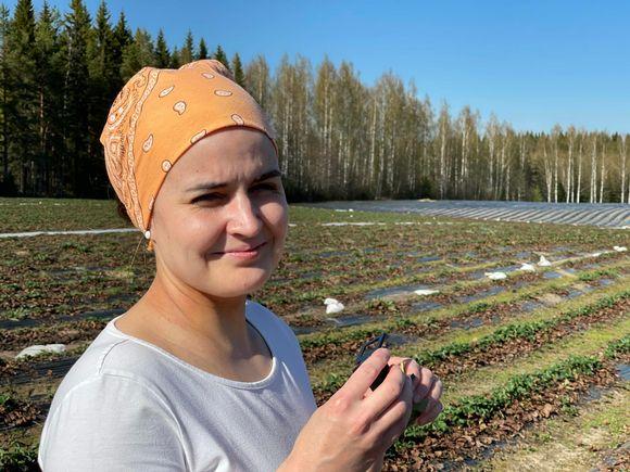 Alexandra Bogolyubova mansikkapellolla luuppi kädessä.