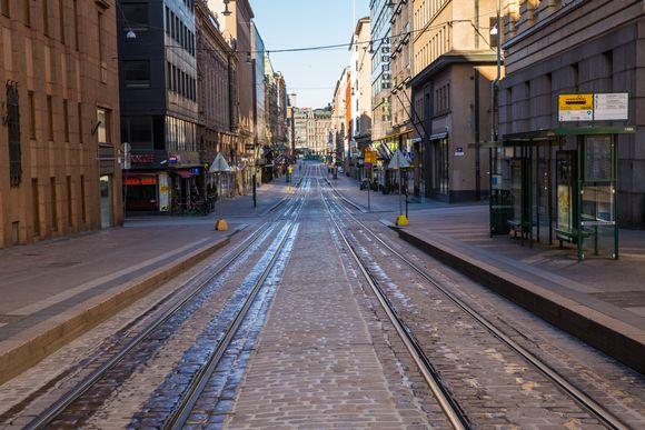 Tyhjähkö Aleksanterinkatu Helsingissä aikaisin aamulla.