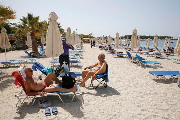 Ihmisiä auringossa kreikkalaisella rannalla.