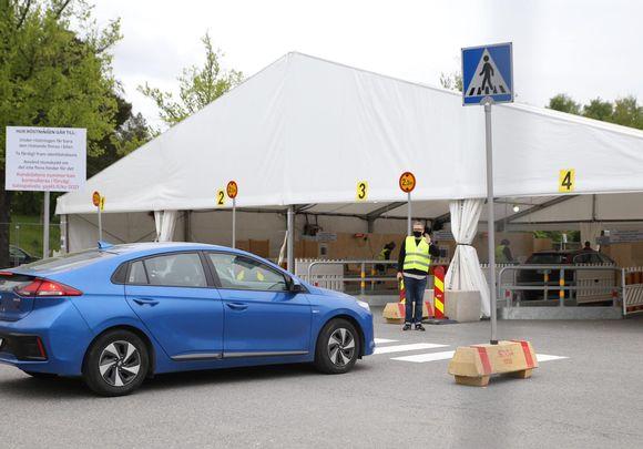 Kuntavaalien drive in -äänestyspaikka Töölön kisahallin Mäntymäen kentällä.