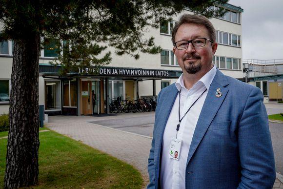 Mika Salminen Terveyden ja hyvinvoinnin laitoksen edustalla