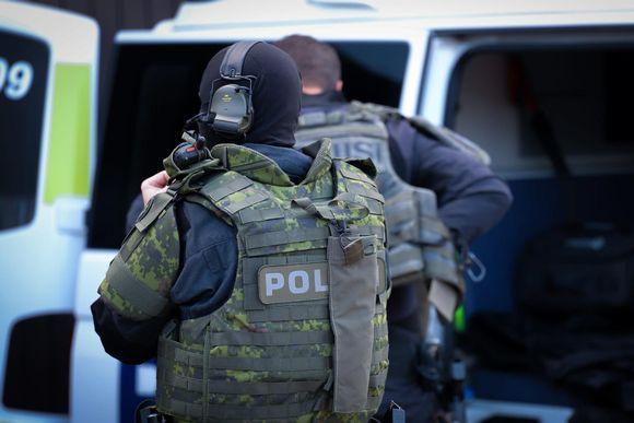 poliisi suojavarusteet päällä