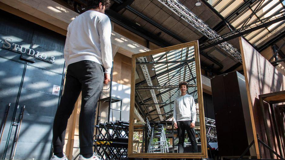 Youssef Asad Alkhatib katsoo itseään peilistä