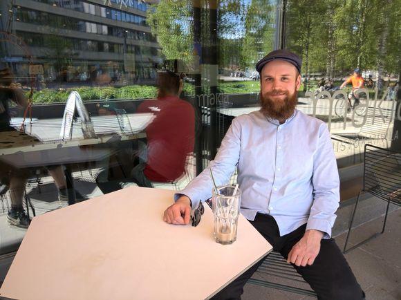 Jukka Mettovaara istuu kahvilan terassilla.