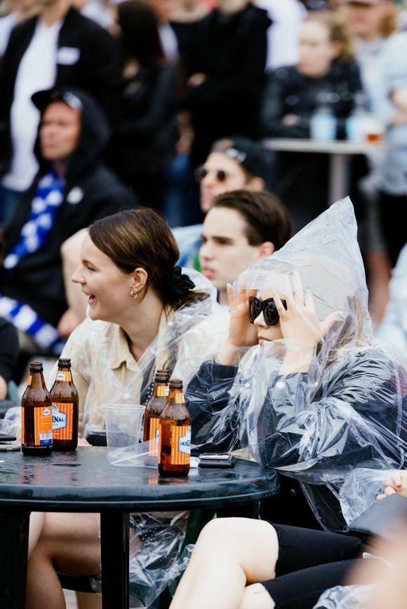 Yleisöä seuraamassa Huuhkajien peliä Rautatientorilla.