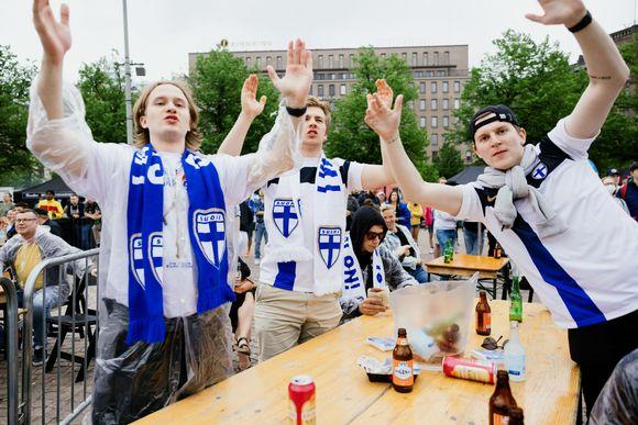 Kaverit fanittamassa Huuhkajien ensimmäistä EM peliä.