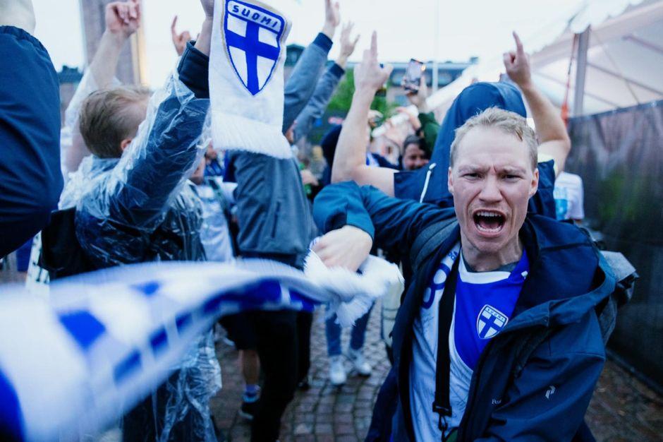 Juhlijoita Helsingissä Suomen voitettua Tanskan.