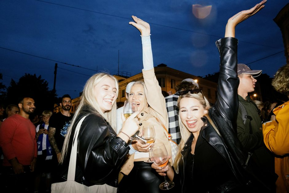 Naiset juhlimassa Huuhkajien ensimmäistä voittoa.
