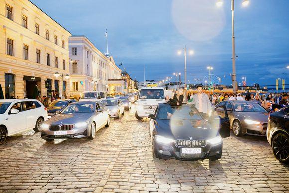 Autoja jonossa Helsingin Esplanadilla.