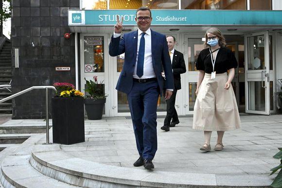 Petteri Orpo poistuu Ylen Studiotalolta.