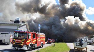 Räddningverket släcker en brand i varuhuset Hurrikaani som avger stora mängder rök.